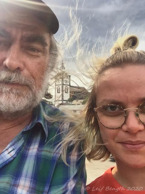 Lisa och jag med Röros kyrka i bakgrunden