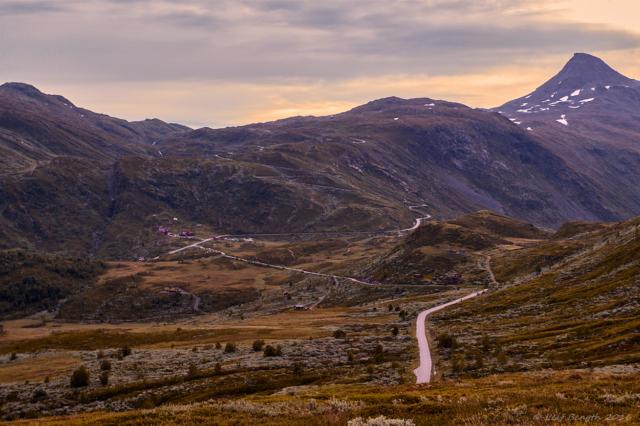 Sognefjellsvegen i bakgrund och Tindevegen i förgrond. Fjällhotellet Turtagrø vid korsningen
