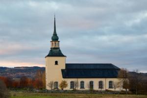 Våmhus kyrka i kvällssol