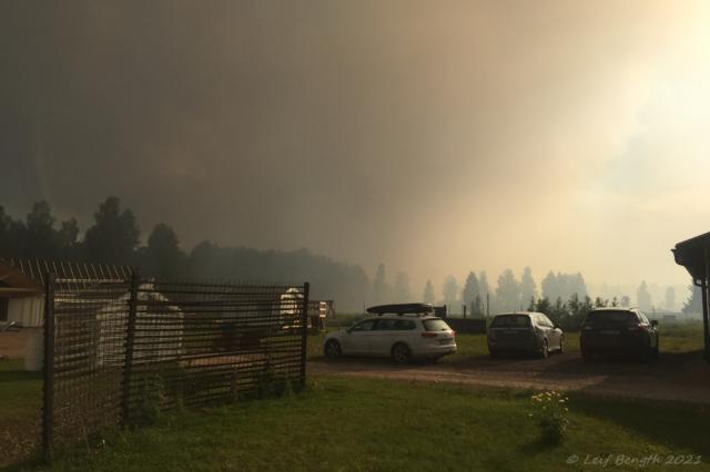 Våldsam brandrök från branden en knapp km bort.