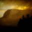 Regntunga skyar i solnedgång